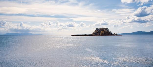 맑은 물, 코르푸 섬, 그리스에 큰 돌 kerkyra 그린 베이