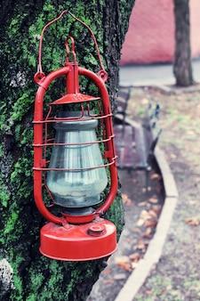 木の上の灯油ランプ、屋外