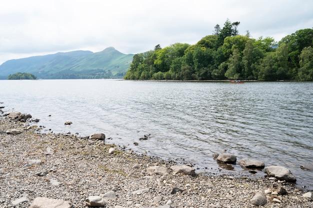 ケズウィック、イギリス湖水地方、2021年7月28日。湖、ビーチ、山々の美しい景色。