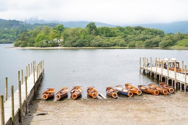 ケズウィック、イギリス湖水地方、2021年7月28日。湖、橋、ボートの美しい景色、イギリスで最高の旅行場所