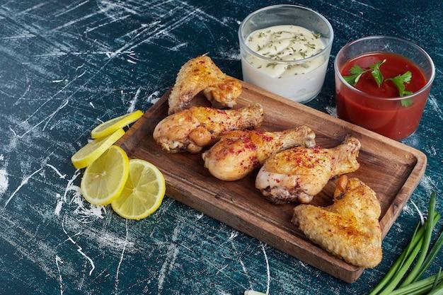 生の鶏の脚が付いたケチャップとマヨネーズのソース。