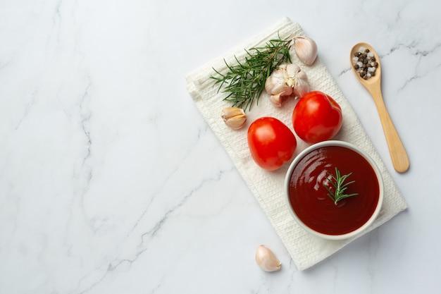 신선한 토마토를 곁들인 케첩 또는 토마토 소스