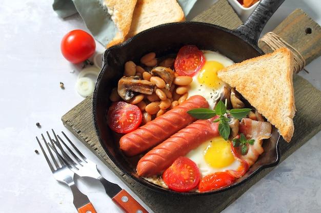 케토 브렉퍼스트 계란 프라이 소시지 콩 베이컨 버섯 구운 토스트 오렌지 주스