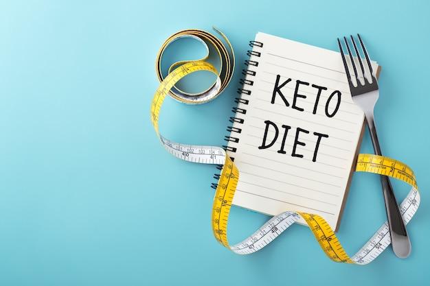 Концепция кето-диеты на синем фоне