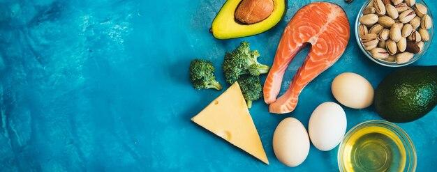 ケトダイエット、青い背景の食べ物。セレクティブフォーカス。ネイチャー
