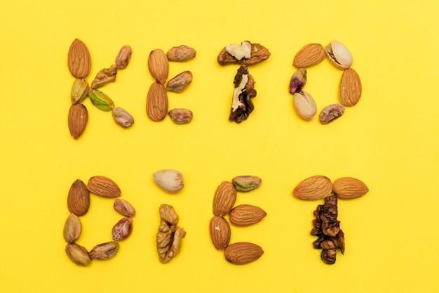 Надпись «keto diet» изготовлена из смеси орехов. плоская прокладка кетогенной диеты.