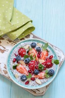 ケトケトジェニック、パレオ低炭水化物ダイエットはオートミールの朝食のお粥ではありません。ココナッツチアプリン、ベリー、ザクロの種子、アーモンド