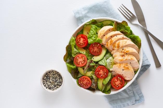 Кето-салат с куриным мясом су-вид, помидорами, огурцами, авокадо