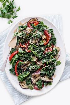 Кето-салат с жареными баклажанами и капустой