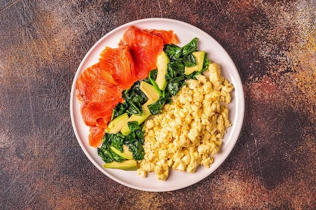 케토 제닉 다이어트 아침 식사, 스크램블 드에 그, 연어, 아보카도, 시금치