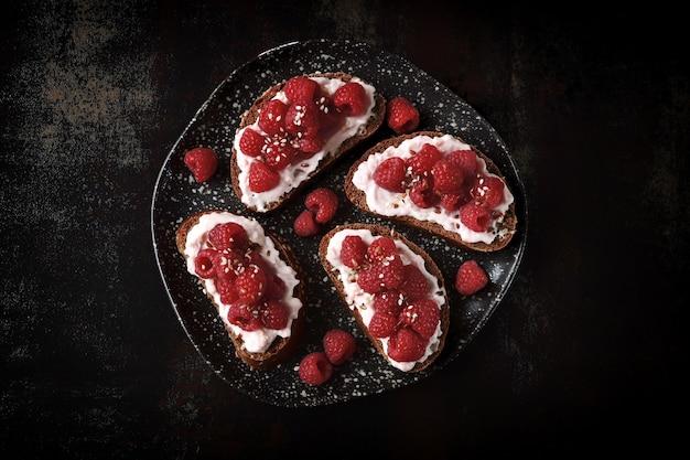 ケトジェニックダイエット シュリンプペーストの新鮮なラズベリーと種を使ったヘルシーなトースト
