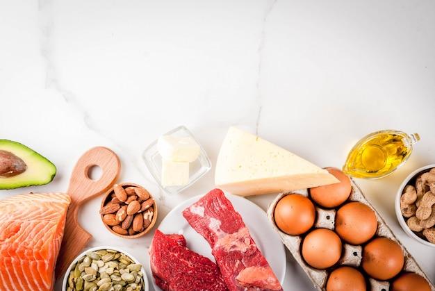 케톤 저탄수화물 다이어트 개념. 건강한 지방 함량이 높은 건강한 균형 잡힌 음식