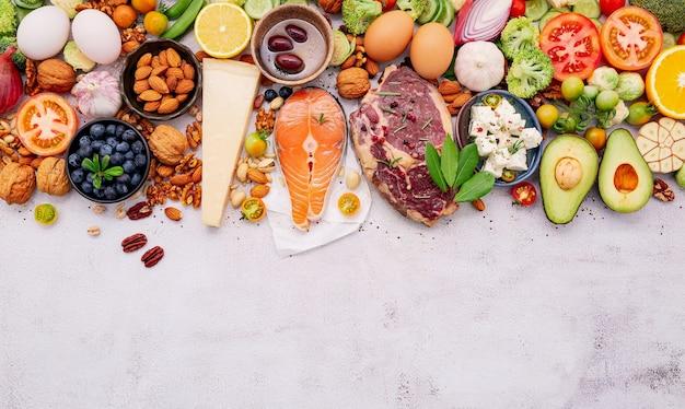 케톤 저탄수화물 다이어트 개념. 건강 식품 선택을위한 재료는 흰색 콘크리트 배경에 설정합니다.