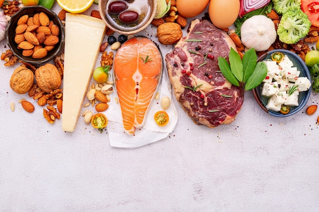 Кетогенная диета с низким содержанием углеводов. ингредиенты для выбора здоровой пищи на белом фоне бетона.