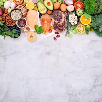 케톤 생성 저탄수화물 다이어트 개념. 흰색 콘크리트 배경에 설정된 건강 식품 선택을 위한 재료입니다.