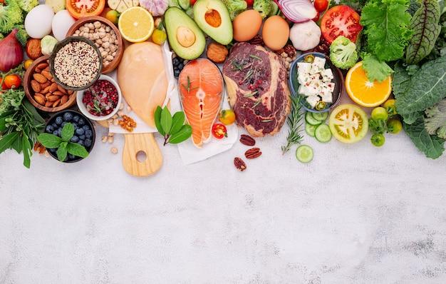 ケトジェニック低炭水化物ダイエットのコンセプト。白いコンクリートの背景に設定された健康食品の選択のための成分。
