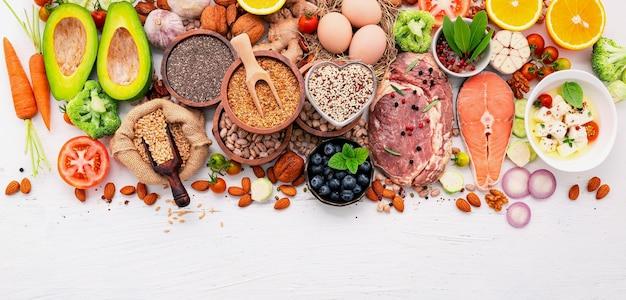 케톤 저탄수화물 다이어트 개념. 건강 식품 선택에 대 한 재료는 흰색 나무 배경에 설정합니다.