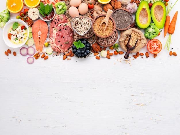 ケトジェニック低炭水化物ダイエットのコンセプト。白い木製の背景に設定された健康食品の選択のための成分。