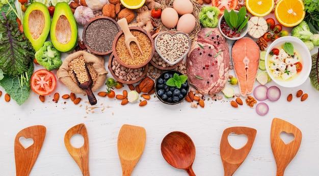 Кетогенная диета с низким содержанием углеводов. ингредиенты для выбора здоровой пищи на белом фоне деревянные.