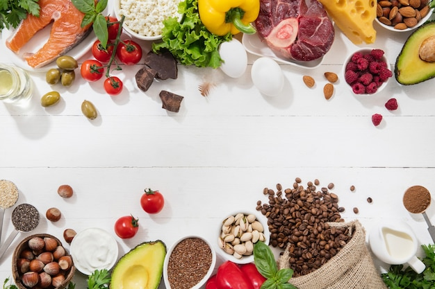 Кетогенная диета с низким содержанием углеводов - выбор продуктов на белом фоне. сбалансированные здоровые органические ингредиенты с высоким содержанием жиров для сердца и сосудов. мясо, рыба и овощи. copyspace.