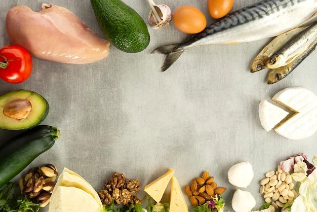Кетоновые диетические продукты на серой поверхности с местом для текста, кетоновая диета