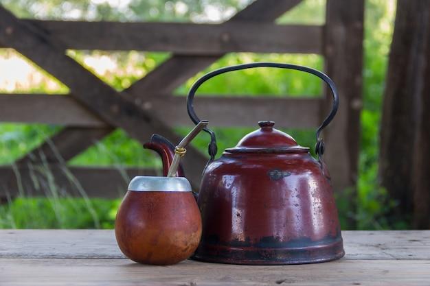 아르헨티나와 남미의 전통 음료를 마시는 주전자와 yerba 메이트