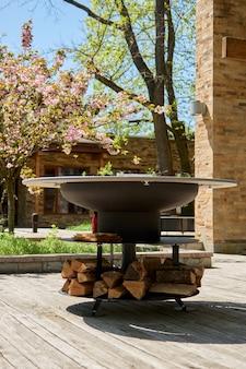 Чайник-гриль с чугунной решеткой и круглым столом с пламенемповерхность для барбекю на заднем дворе