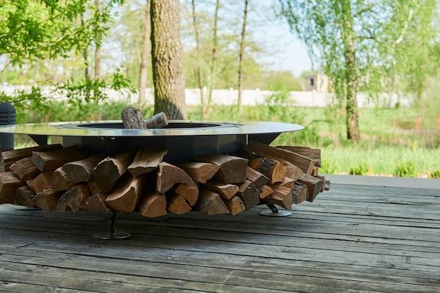 주철 격자가 있는 주전자 그릴 구덩이, 불꽃이 있는 둥근 탁자 요리 표면 뒤뜰에 뜨거운 바베큐