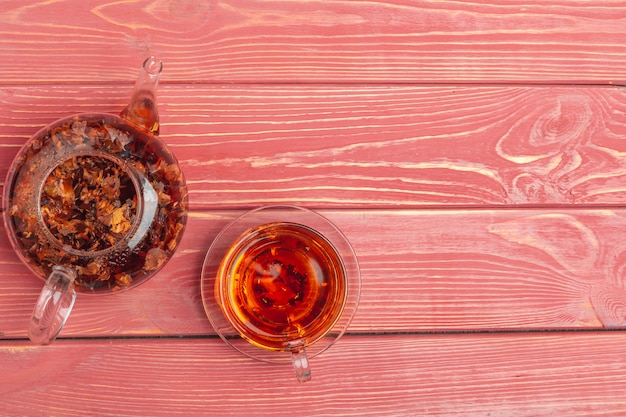 Чайник из травяного чая крупным планом на вид сверху деревянный стол