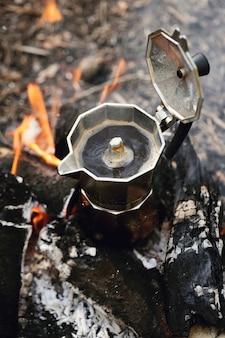 たき火のやかん