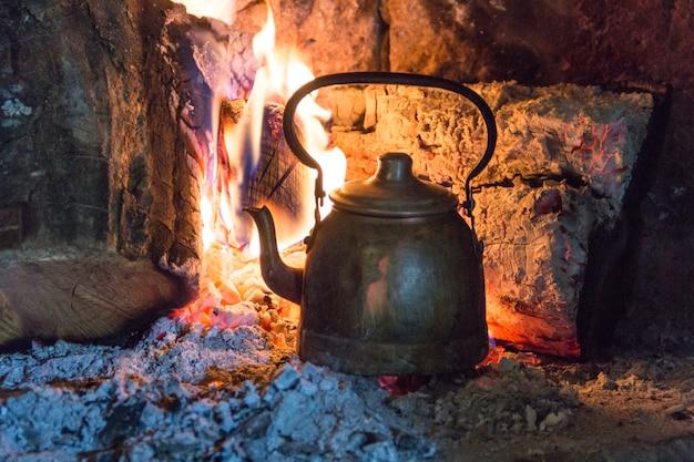 アルゼンチンの田園地帯でマテ茶の水を加熱するための薪のやかん