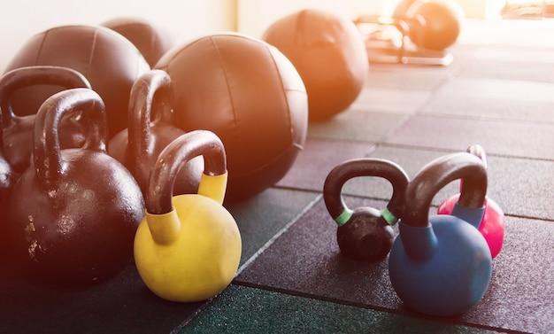 ジムでケトルベルと薬のボール。ファンクショナルトレーニング用の機器