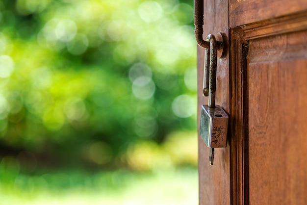 Ключ и дверь к надежде и успеху в будущем с боке