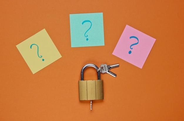茶色に対するメモ用紙のキーロックと疑問符