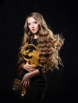 Ключ к красоте волос гламурная концепция молодая красивая блондинка