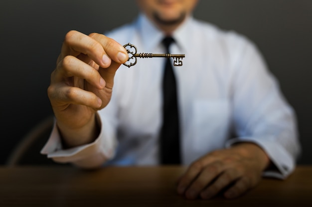 하늘 배경에 사업가 손에 성공의 열쇠.