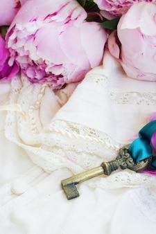 빈티지 레이스 의류에 신선한 분홍색 모란 꽃 키