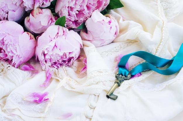 빈티지 레이스 의류에 분홍색 모란 꽃 키