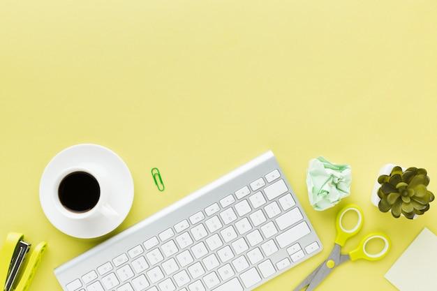 Клавиатура и кофейный напиток копией пространства