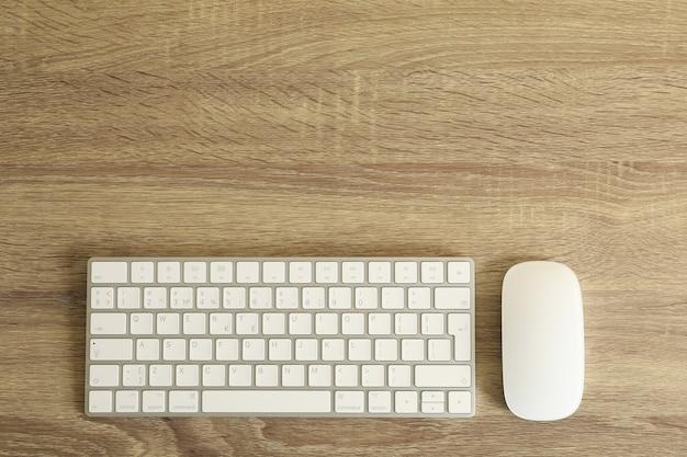 木製の上面図のキーボードとマウス