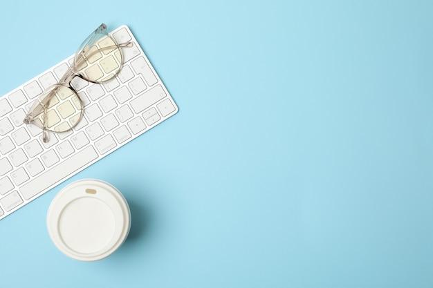 キーボード、グラス、コーヒー、ブルー、トップビュー