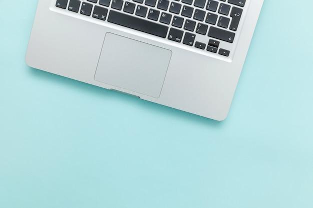 블루 파스텔 책상에 고립 된 키보드 노트북 컴퓨터