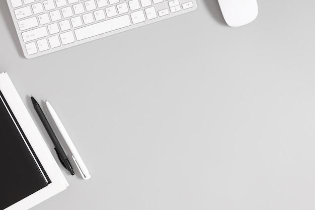 회색 테이블에 키보드 노트북 펜