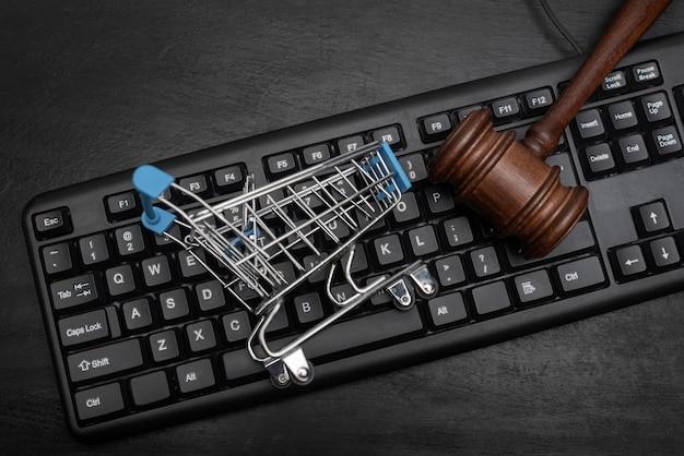 키보드, 장바구니 및 판사 망치. 온라인 경매.