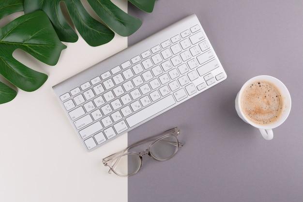 커피 컵과 테이블에 안경 키보드 무료 사진