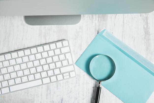 책상에 편지에 돋보기와 키보드