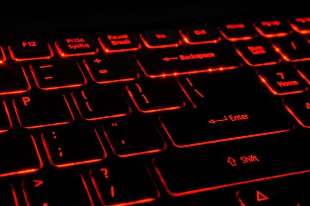 赤いバックライト付きキーボード