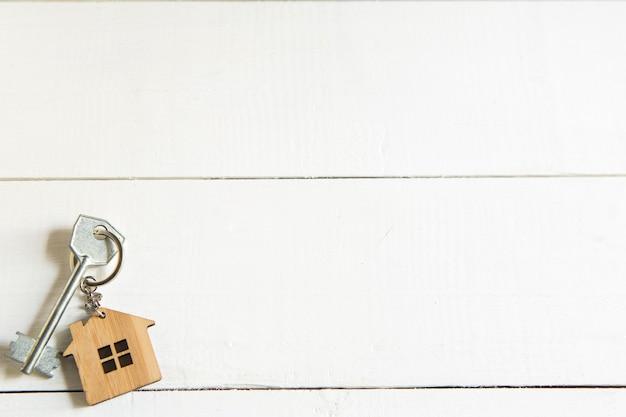 キー付き木造住宅の形をしたキーホルダー