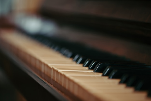 Клавиши старого пианино в размытом состоянии. музыкальный старинный инструмент в деревянном футляре. винтаж.