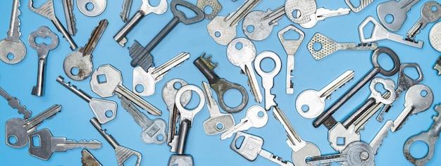 Ключи на синем фоне. ключи от дверных замков и сейфы для сохранности имущества и охраны дома.
